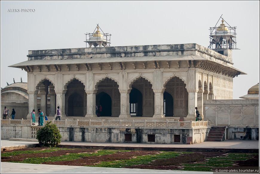 Индийцы стараются поддерживать всю эту красоту. Здесь постоянно проходят реставрационные работы...