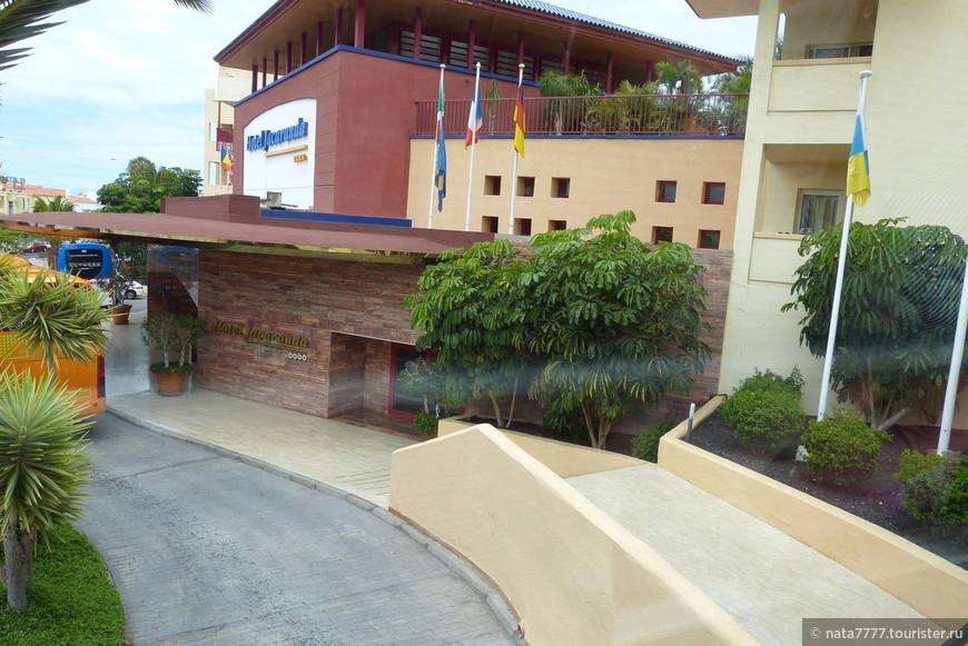 Впервые подъезжаем к своему отелю Джахаранда. Четыре звезды.