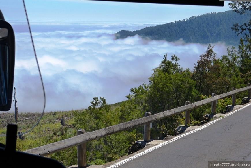 На автобусе по горному серпантину по дороге выше облаков.