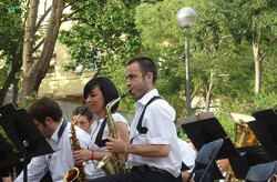 В парках Барселоны для туристов проводят бесплатные концерты классической музыки
