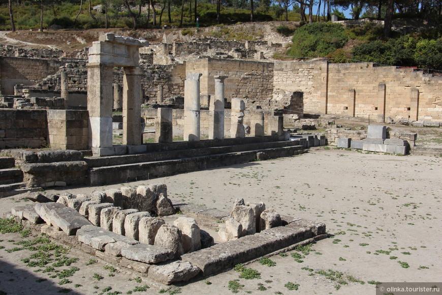 На верхнем уровне высился храм Афины Камирской и Акрополь, на втором — располагалось основное поселение с улицами и кварталами. На нижнем уровне находился храм и большая торговая площадь. Несколько землетрясений и основание новой столицы - Родоса, привели к упадку города.