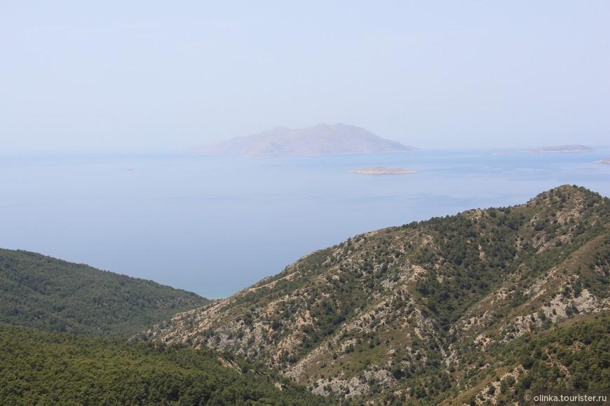 Вид на соседние острова с обзорной площадки по пути к Монолитосу.