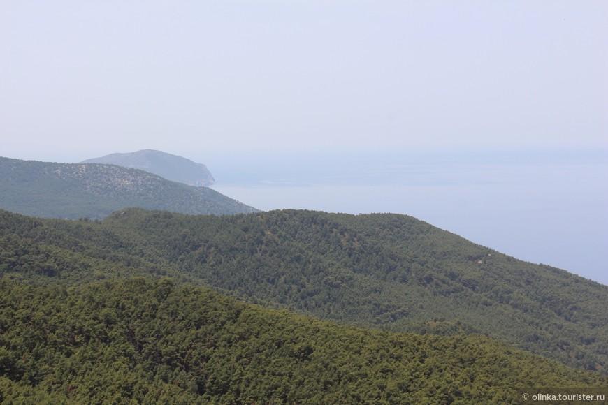 И вид на холмы с обзорной площадки по пути к Монолитосу.