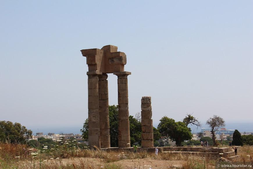 Колонны храма Апполону. Родосский акрополь на горе Монте-Смит. Рядом находятся античный театр школы ораторского искусства, где обучался Цицерон и античный стадион. Пробежала один круг :)