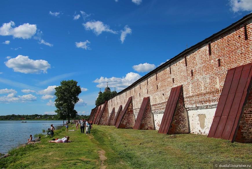 Монастырь представлял собой сильную крепость на северо-западных рубежах Русского государства. Крепостные стены, воздвигнутые в XVI—XVII веках, опоясывают площадь свыше десяти гектаров. Периметр крепостных стен свыше полутора километров.