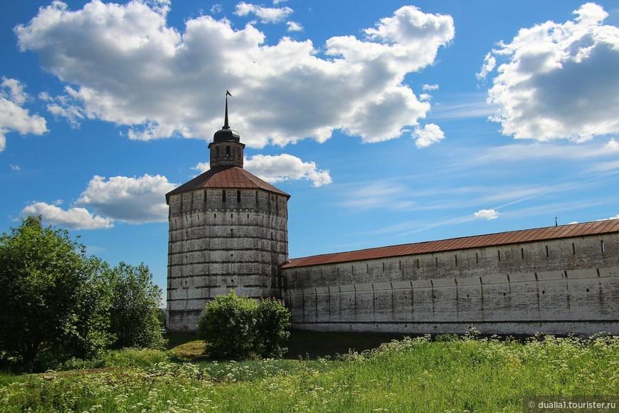 Вологодскую башню (слева от входа в монастырь) по праву можно назвать визитной карточкой монастыря. За счет восьми граней она выглядит самой нарядной. 30-метровая башня была построена за  4 месяца