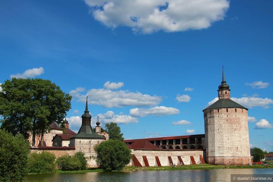 Стоит обратить внимание и на Глухую (Котельную) башню (XVI в.), которая имеет узорчатую кладку. Рядом - Кузнечная башня (XVII в.)