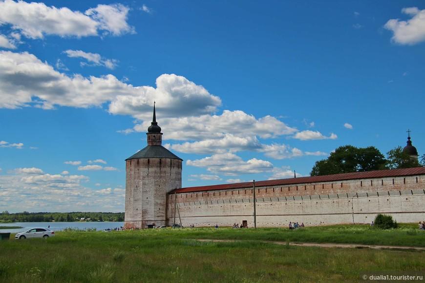 Башни достигали 15 метров высоты и имели до 60 амбразур. Позже башни перестраивались, и сегодня мы видим более поздние их варианты