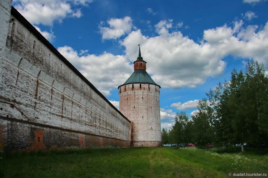 Башня справа от входа в монастырь - Ферапонтовская (Московская) - самая высокая, около 40 метров со шпилем