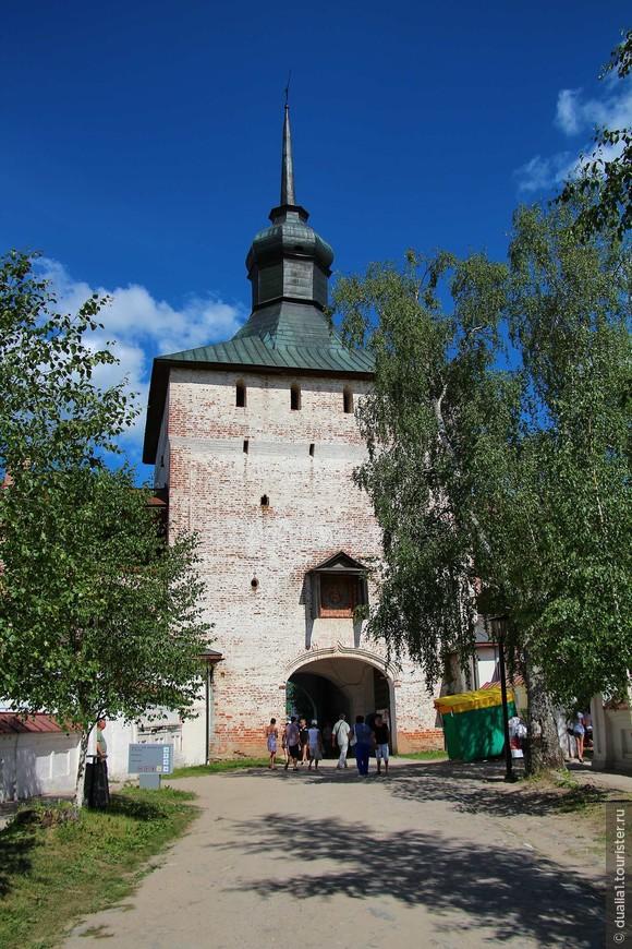 Главный вход в монастырь осуществляется через Казанскую башню