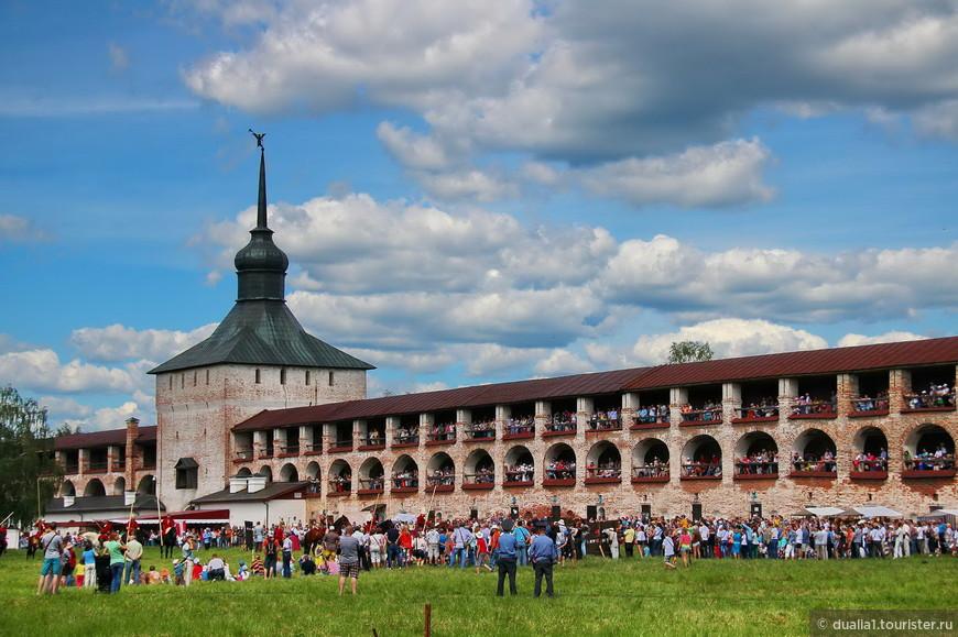 На штурм монастыря эпохи Смутного времени с участием пехоты и кавалерии, мы к сожалению, не успели, (а может быть, он должен был состояться только на следующий день), зато мы увидели конные состязания, историческую ярмарку, турнир по историческому фехтованию.