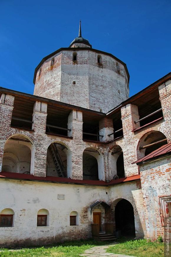 Башни имеют по 6-7 этажей, в центре каждой поставлен могучий кирпичный столб, поддерживающий перекрытия. Столбы эти внутри полые и столь велики, что в них свободно помещается деревянная лестница