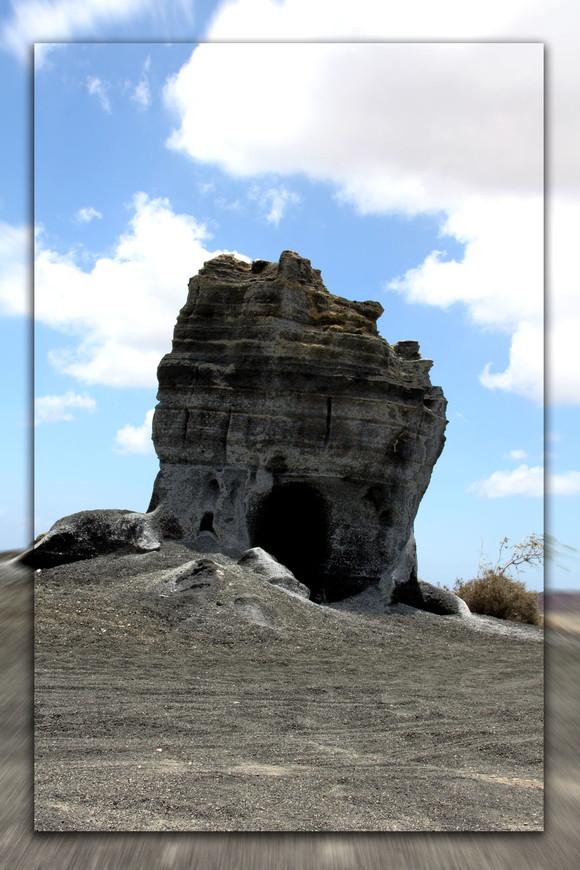 Скала, под воздействием ветра приобрела такой вид. Знаменитый лунный пейзаж на острове Лазароте.