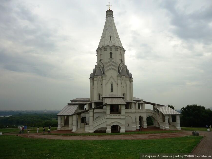 Царь Василий 3, выстроил здесь в 1528-1532 году знаменитую шатровую церковь Вознесения (на фото)