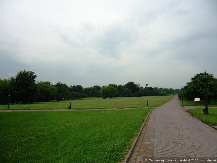 Далее через парк я пошел к восстановленному дворцу царя Алексея Михайловича, именно с ним связан расцвет Коломенское, так как оно было его любимой резиденцией