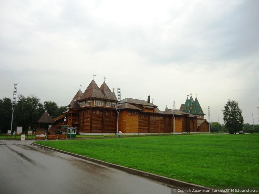 В 1667-1668 годах царь Алексей Михайлович возвел великолепный деревянный дворец, имевший 270 помещений
