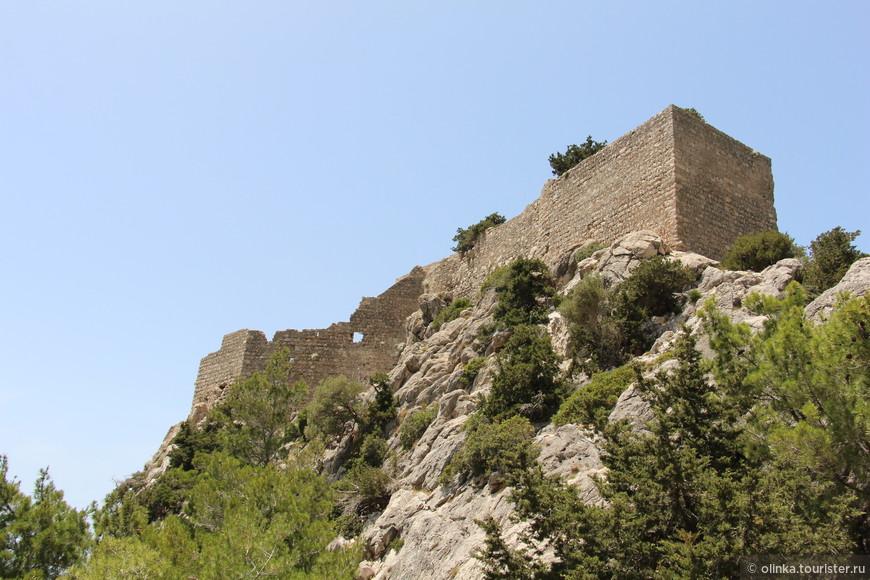 Поднялись на замок Монолитас (построенный в 1480 году рыцарями-госпитальерами, на фундаменте более древнего сооружения).