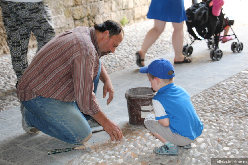 В крепости наблюдали как ремонтируют хохлаки (мозайку из гальки).