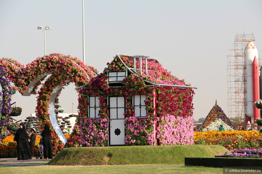 Miracle Garden был открыт 14 февраля 2013 года. В нем - 45 миллионов различных цветов! Парк  небольшой, обошли за час-полтора.