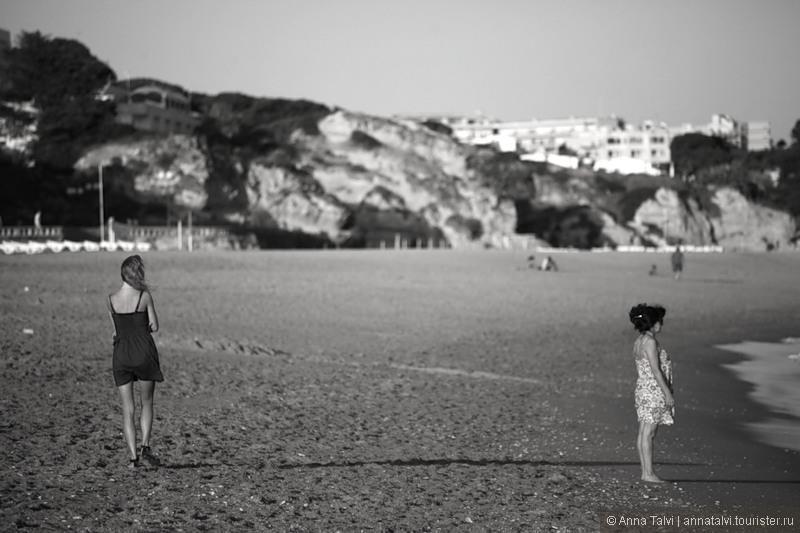 Bечерами прогуляться по длинному пляжу одно удовольствие, темнеет быстро и после заката, поднимается холодный и сильный ветер,  достаточно прохладно
