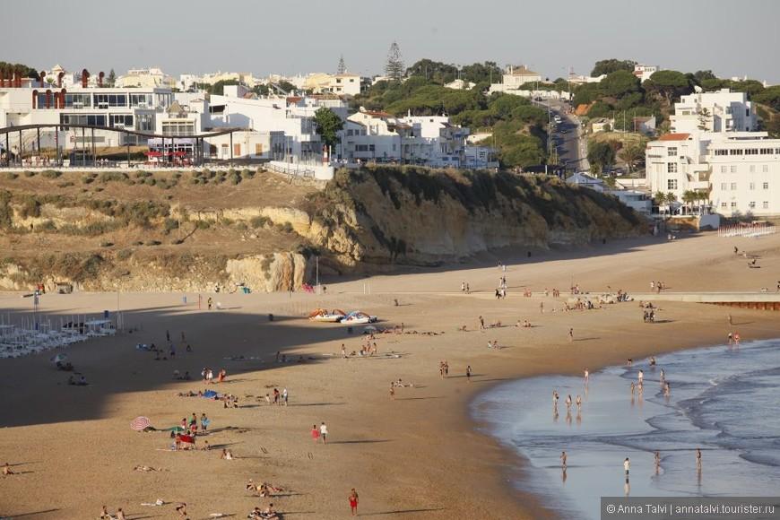 Чистый золотой песок и вода в океане бодрящая / прохладная. Kогда прилив, волны могут доходить  до пляжныx лежаков