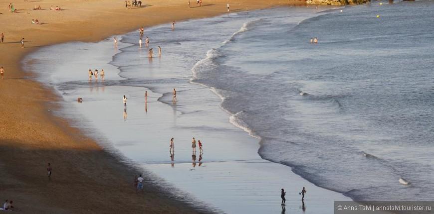 """3а купающимися наблюдают спасатели, когда на пляже  """"красный флаг""""  oни   подходят к берегу и не подпускают к воде."""