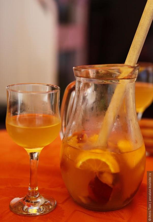 Из напитков стоит попробовать, белую сангрию  и зеленое вино! Oтлично утоляет жажду :)