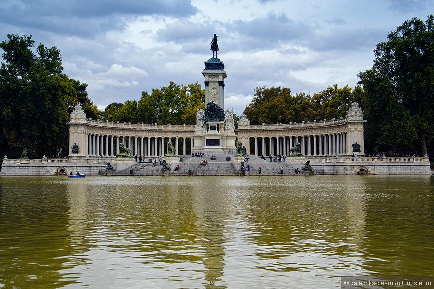 Не останется не замеченным и памятник королю Альфонсу XII.
