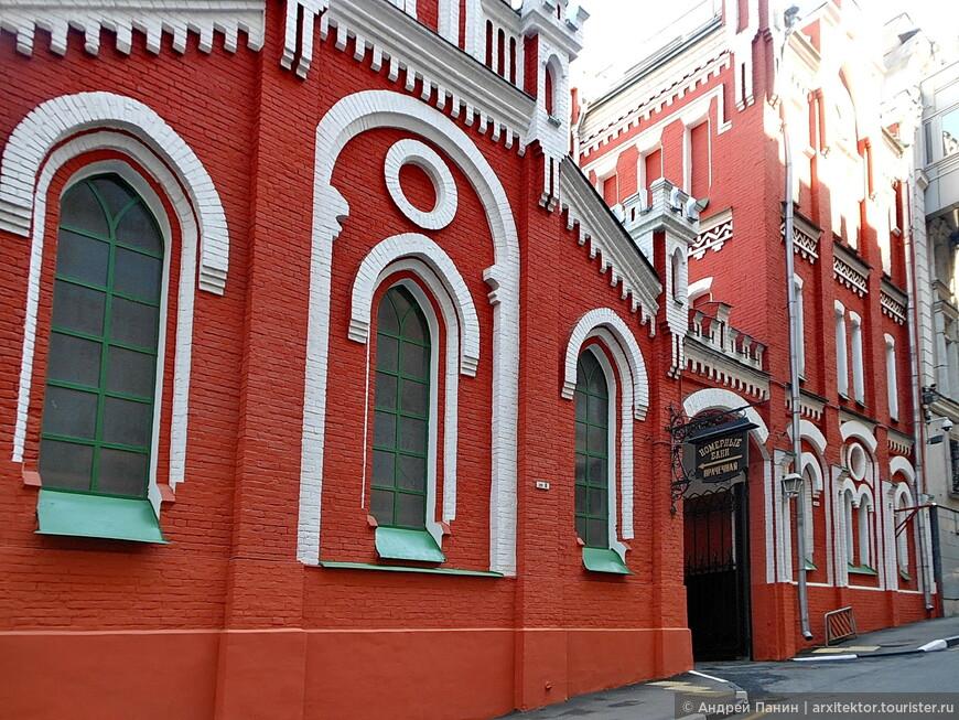 Актер Сила Николаевич Сандунов купил эти земли и устроил на них первые бани в начале 19 века. Он был потоком грузинского рода Зандукели.
