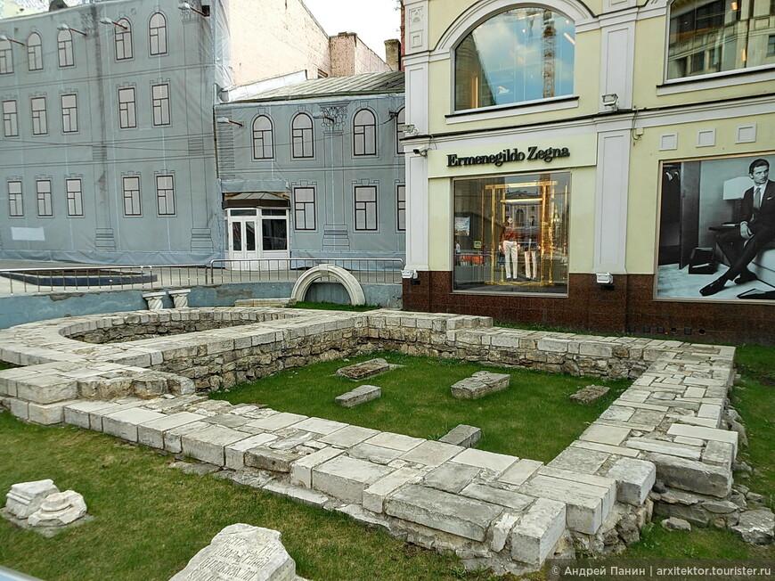 """Каменное основание церкви Св. Троицы """"На старых полях""""/1565 г."""