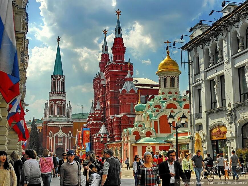 Вид на Никольскую башню. Название получила от иконы Николы Можайского, находившейся на въездом. В 19 веке была перестроена в готическом стиле.
