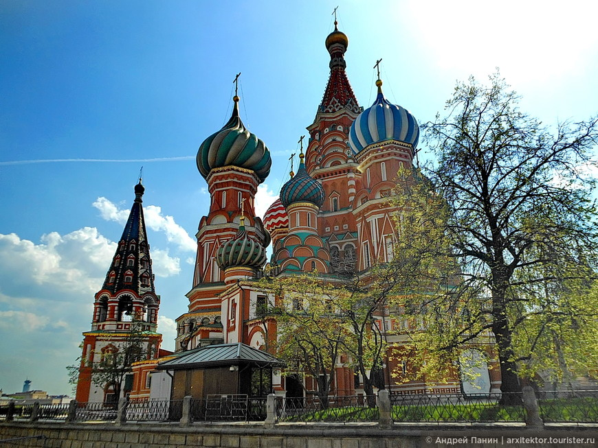 Собор Василия Блаженного построен по приказу Ивана Грозного в середине 16 века в честь взятия Казани.