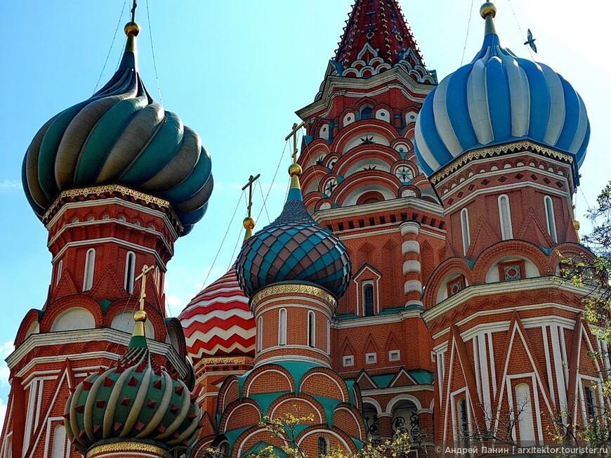 Интересно, что в соборе 10 церквей. Восемь из них освящены в честь церковных праздников, приходившихся на дни решающих боев за Казань.