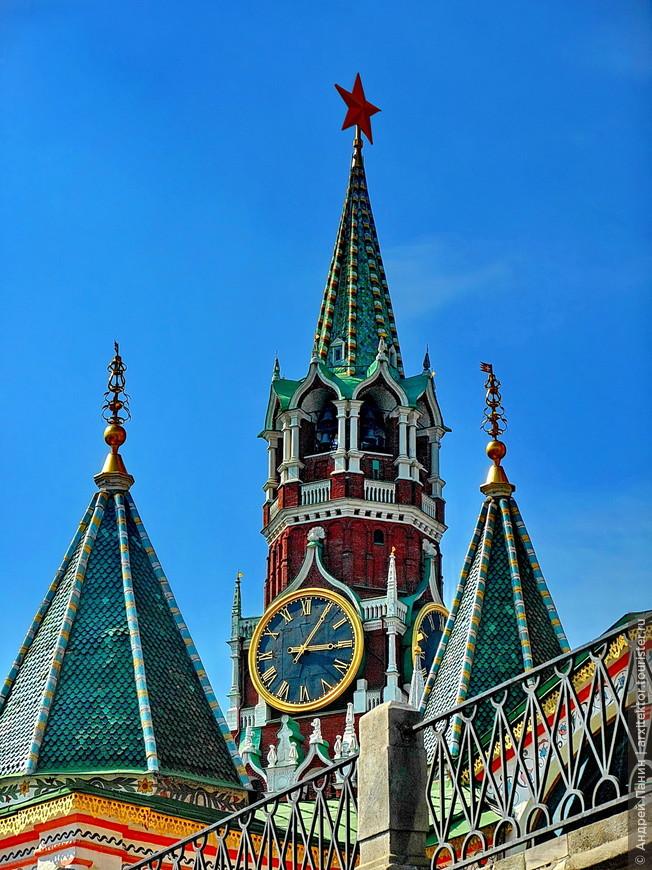 Часы на Спасской башни. Можно сказать символ страны.