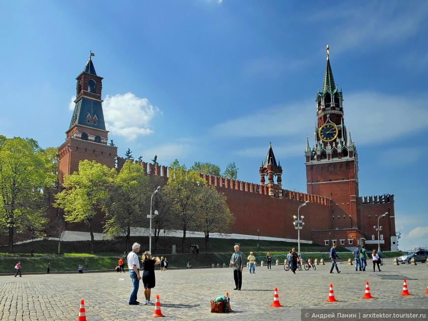Слева направо: Набатная башня (служила противопожарной службе), Царская башня (когда то здесь было место царя), Спасская башня (парадный въезд, названа в честь надвратных икон Спаса).