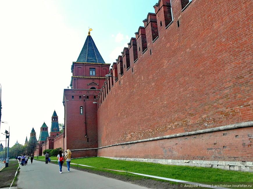 По мере удаления: Петровская башня, Вторая безымянная башня, Первая безымянная башня.