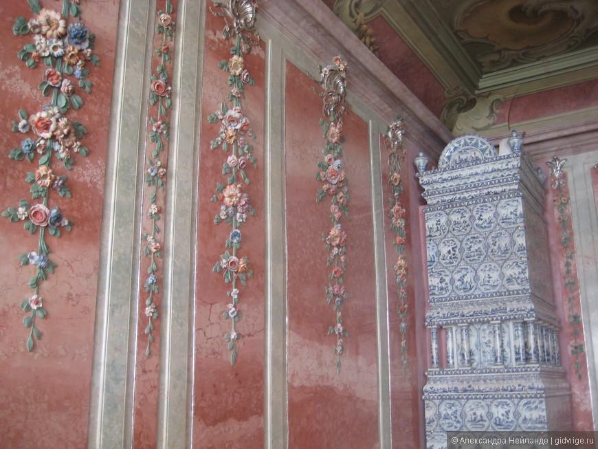 Идея сада роз (и синих роз) возникла из темы одной из комнат, украшенной гирляндами великолепных цветов