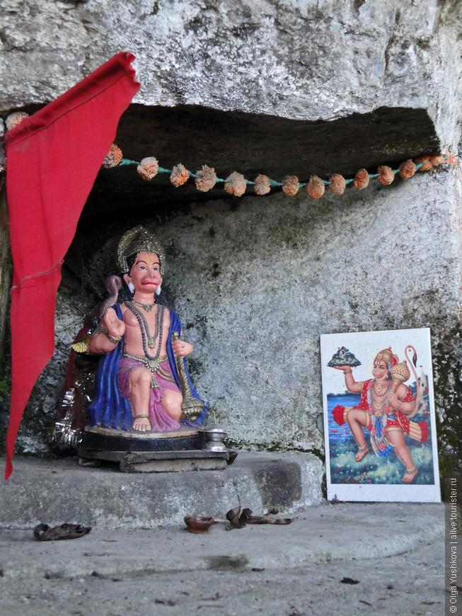 Гуляя среди местных поселений и холмов, можно прямо на дороге встретить вот такие вот маленькие  храмики, как этот, - посвящённый Хануману...