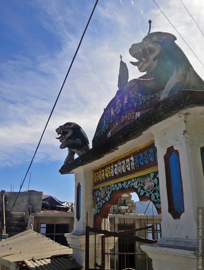Набрели на входные ворота в старый буддийский храм... И, конечно, решили зайти в гости...