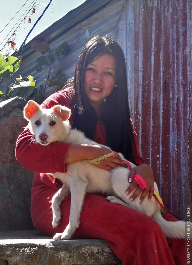 Неожиданно на пути попалась какая-то необычная, удивительно красивая девушка с почти ручной собакой, да ещё и с маникюром на руках... Очень нетипично для таких мест )))