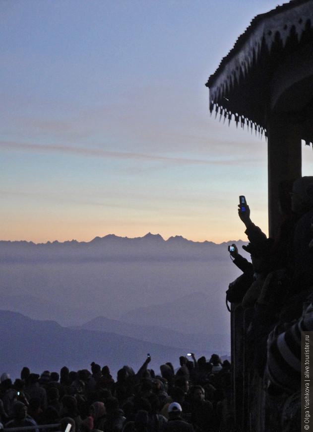 """А это уже рассвет... И толпы сумасшедших индусов, прибывающих со всех концов Индии в Дарджилинг, чтобы встретить этот рассвет с видом на горные вершины и заснять его на все свои гаджеты )))  Это у них своеобразный """"must have""""  ))) Популярное туристическое место )))"""