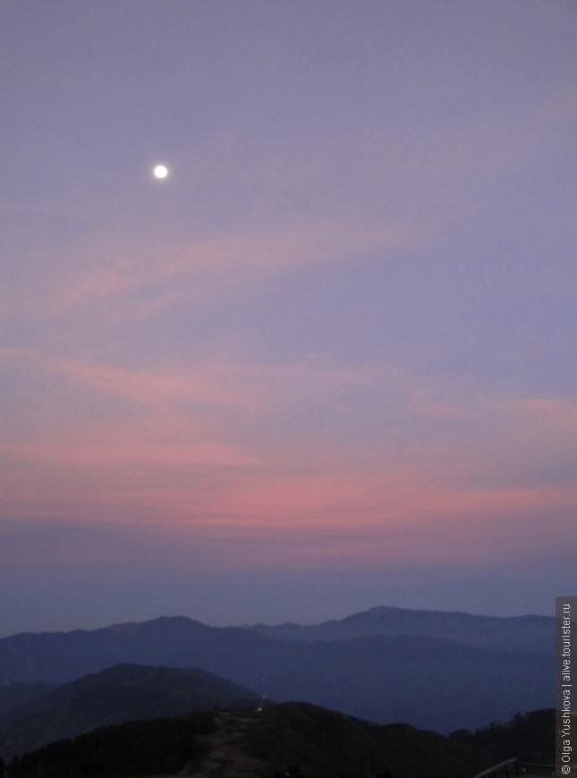 Полная Луна над холмами Дарджилинга перед рассветом...