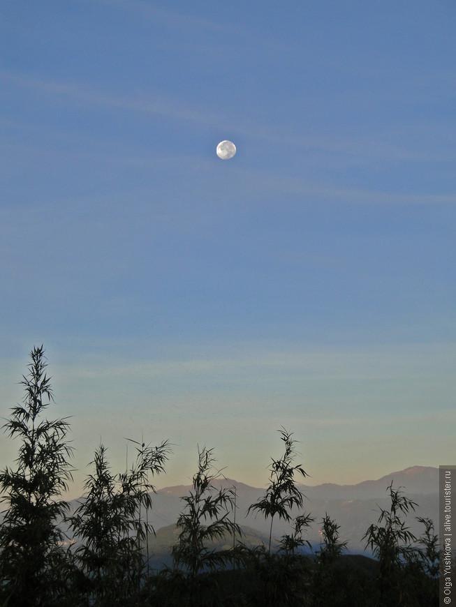Полная Луна уже после рассвета...