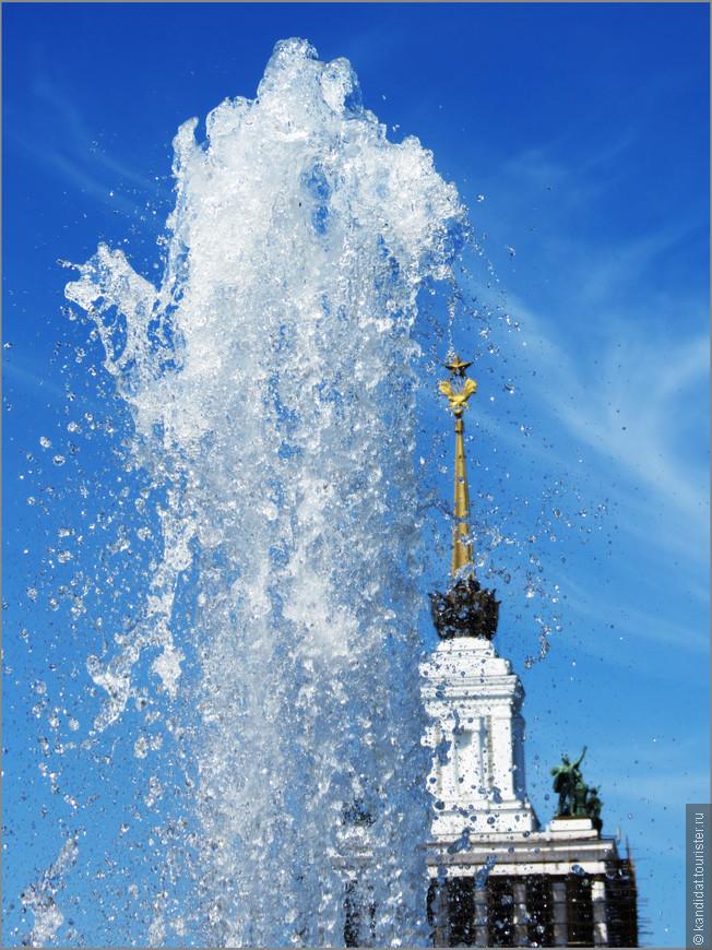 Фонтаны те же. И работают, и глаз радуют, и остаются объектами для фотосессий отдыхающих москвичей и гостей столицы.