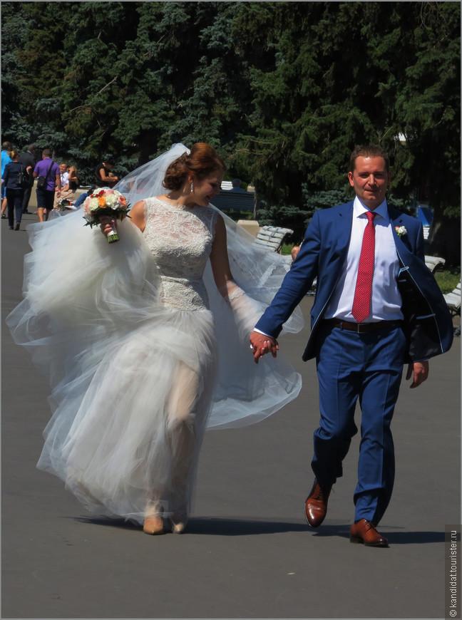 И цветы, и невесты, и женихи на ВДНХ были всегда.
