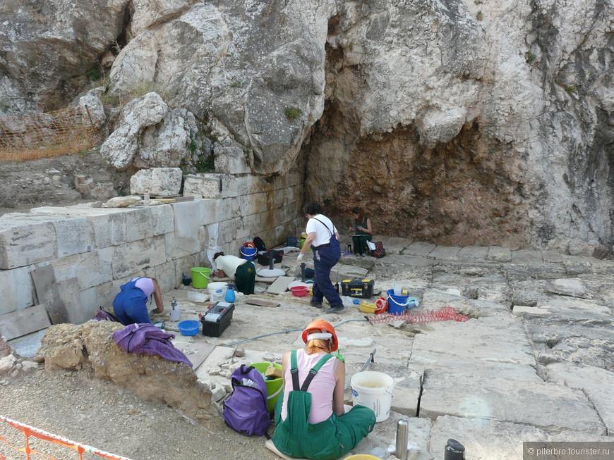 У подножья Акрополя. Потрясающие результаты реставрации можно увидеть в музее Акрополя.