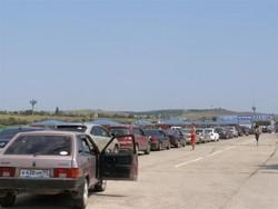 Очередь на Крымской переправе растет: в пробке уже 2,5 тысячи машин