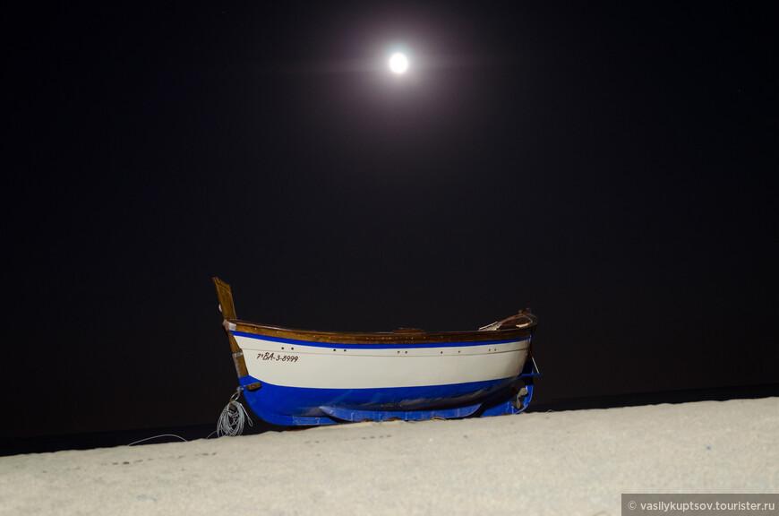 Одинокая лодка.