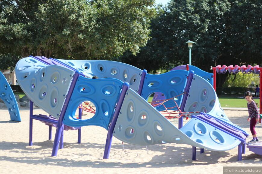 Кроме пляжа, тут ещё классные детские площадки!