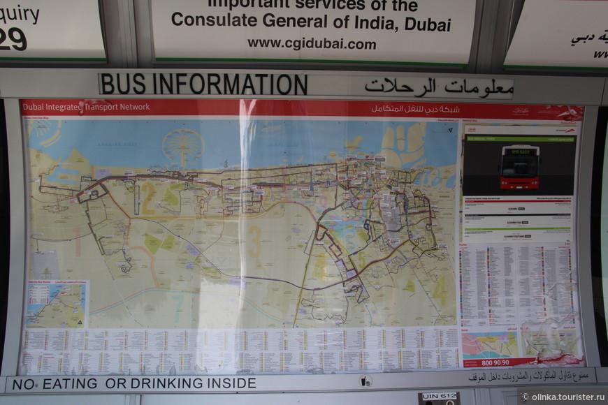 На кондиционируемой остановке подробная карта маршрутов.